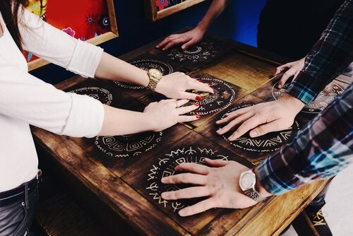 Escape rooms promote cooperation.