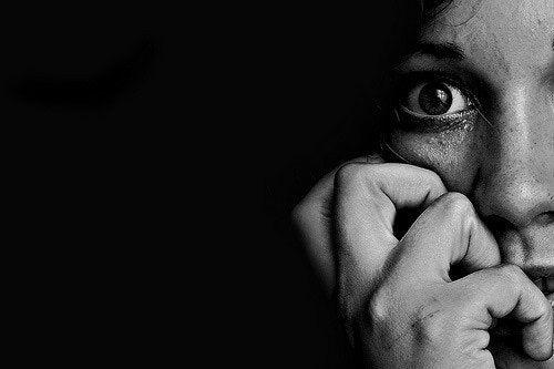skræmt kvinde viser kropssproget ved frygt