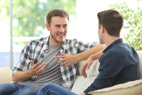 To mænd taler sammen som en del af læring af sociale færdigheder
