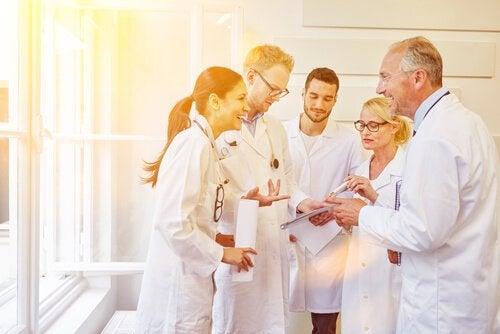 Personale på sygehus griner sammen ved at anvende humor som terapi i svære situationer