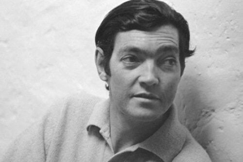 A black-and-white photo of Cortazar when he was young, showing him from the chest up.
