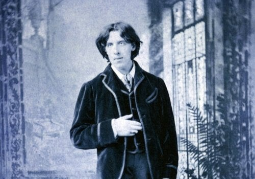Photo of Oscar Wilde in a suit.