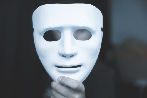 A person holding a mask.