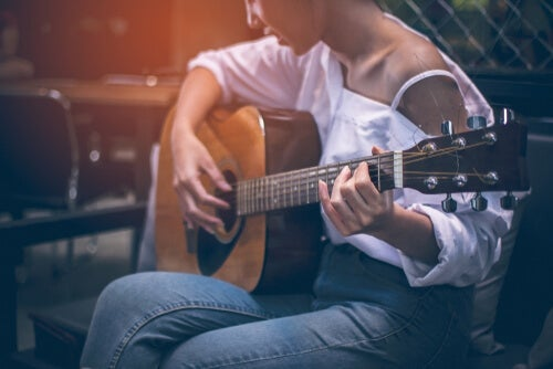 A woman playing a guitar to grow new neurons.