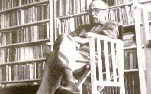 Ernesto Sabato in a library.