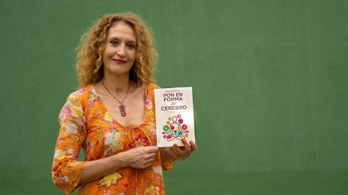 Raquel Marin with her book Pon en forma tu cerebro.