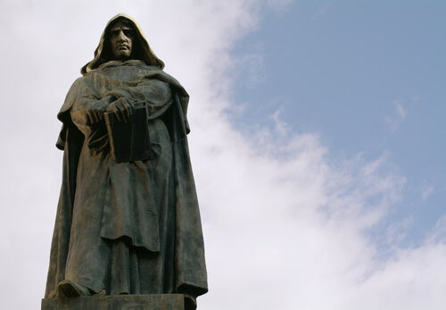 Another view of a statue of Giordano Bruno
