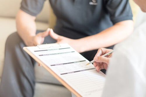 A therapist filling out a patient's clinical history before carrying out nidotherapy.