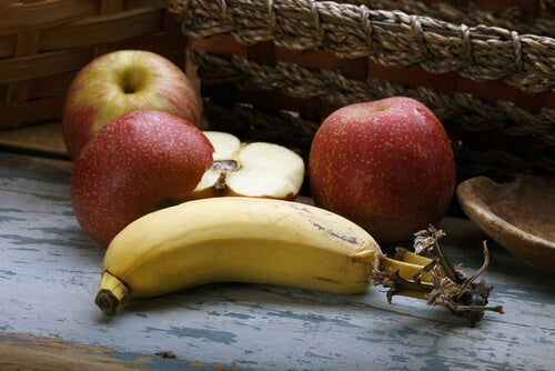Some apples and a banana.
