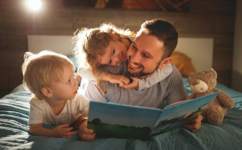 A dad reading with his kids to improve reading comprehension.