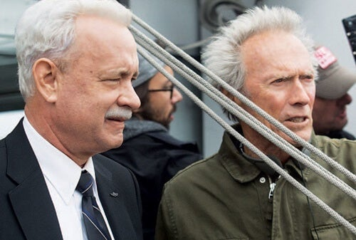 Tom Hanks and Clint Eastwood in a scene of Sully: Miracle on the Hudson.