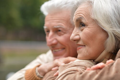 An elderly couple smiling.