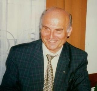 A photo of a smiling Ryszard Kapuściński.