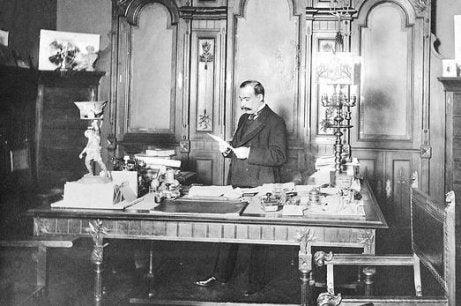 Torcuato Luca de Tena at a table.