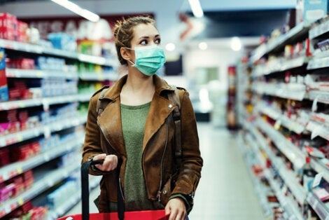A woman walking through the supermarket.