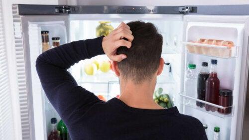 Person kigger i køleskab