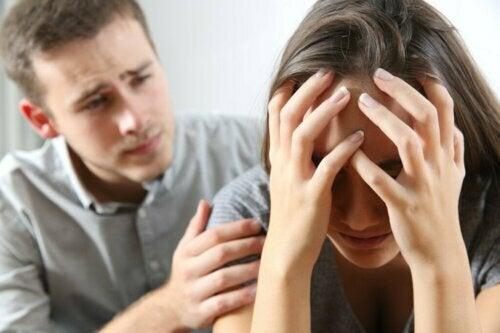 En kille som försöker trösta sin flickvän med känslomässig hjälp.