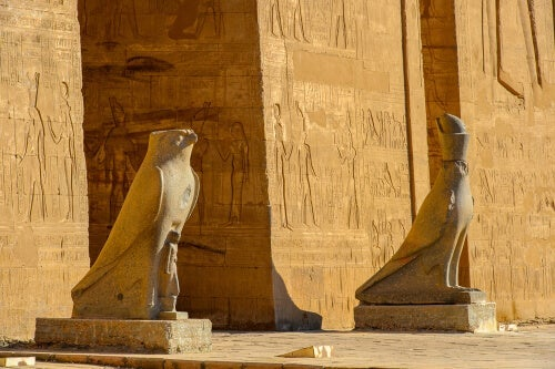 An entrance to Horus temple.