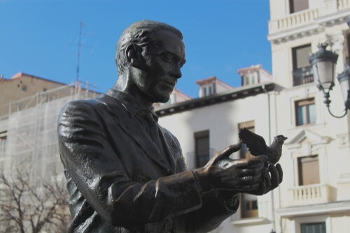 A statue of Federixo Garcia Lorca.