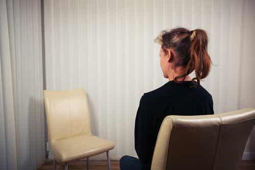 En person som pratar med en stol.