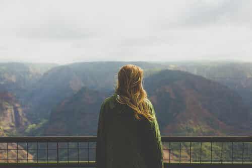 En kvinde, der nyder udsigten over bjerge