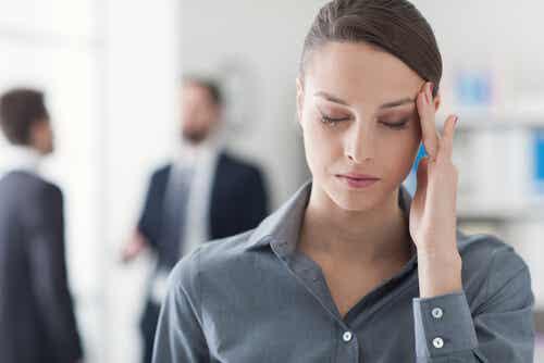 En kvinna med huvudvärk.