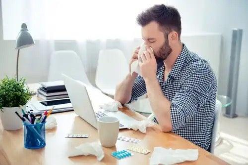 알레르기성 비염: 코를 풀고있는 남자.