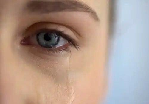 Ett tårfyllt öga.