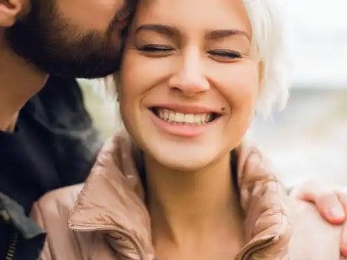 En kvinne som smiler.