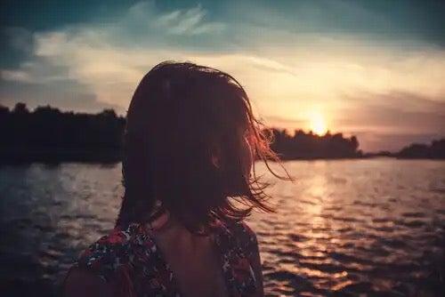 En kvinna som tittar ut mot havet.