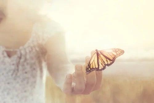 Nainen, jolla on perhonen.