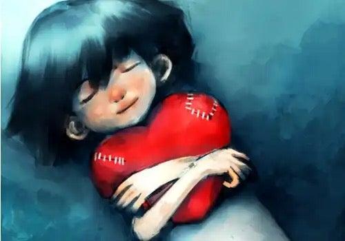 Kvinde krammer et hjerte