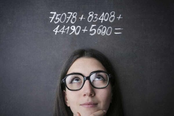 Vrouw maakt wiskundige berekening