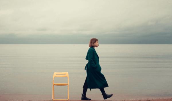 En kvinna som går på stranden.