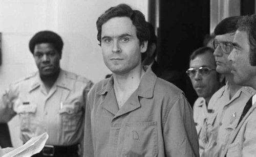 Ted Bundy voor zijn proces.