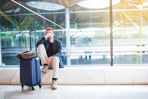 Obraz podróżnych na lotnisku.
