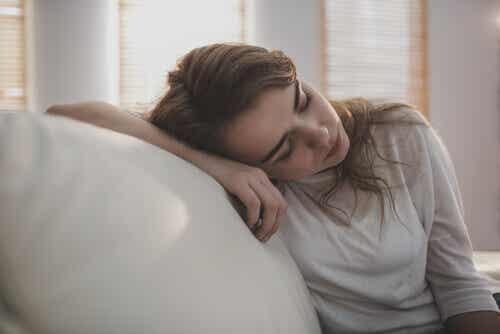 Obraz zestresowanej zmęczonej kobiety na kanapie.