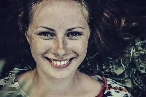 A smiling woman.