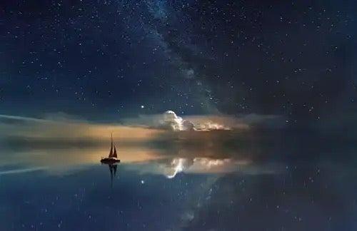 Een schilderij van de zee en de lucht