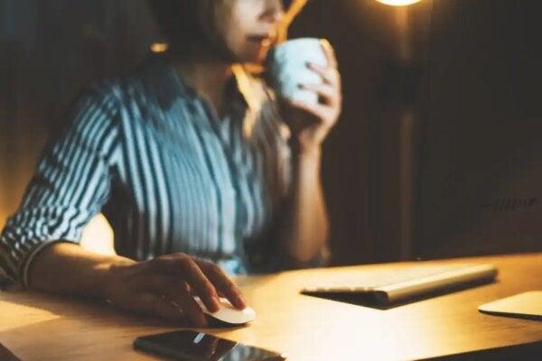 En kvinna som arbetar vid sitt skrivbord.