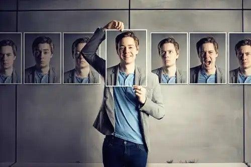 자신의 다른 사진을 들고있는 남자.