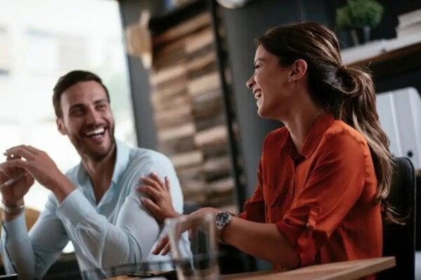 공격적인 질문에 대처하는 법: 웃고 있는 커플.