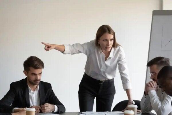 En kvinna som gapar och visar otålighet.