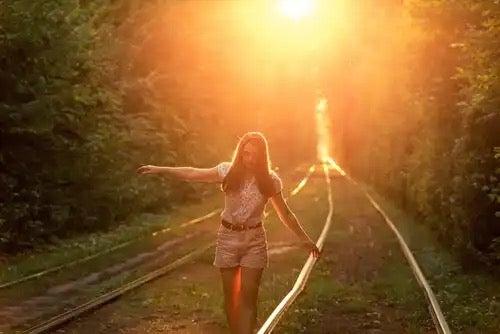 햇빛에 걷는 여자.