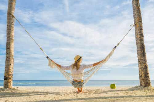 Kopplar av i hängmatta på stranden