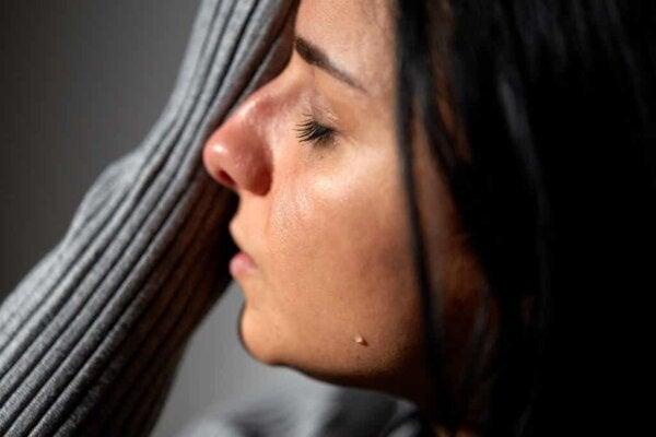 Henkilö, joka itkee.