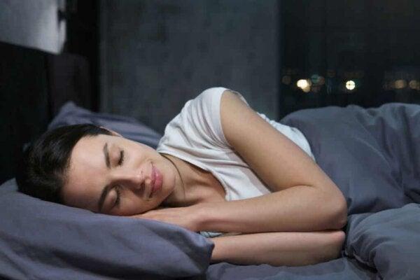 Kobieta śpi.