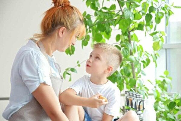 En kvinna som pratar med en pojke.