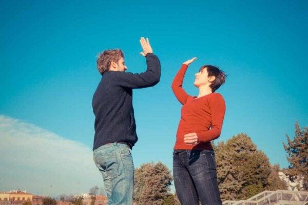 Två personer som gör high five.