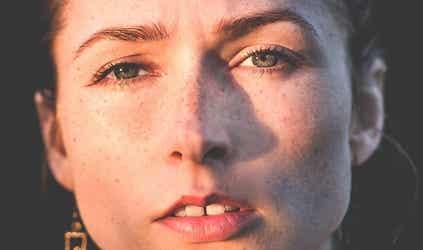 Nærbillede af ængstelig kvinde